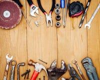Beaucoup d'outils sur le fond en bois Image libre de droits