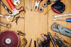Beaucoup d'outils sur le fond en bois Images libres de droits