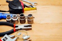 Beaucoup d'outils sur le fond en bois Images stock