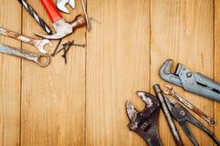 Beaucoup d'outils sur le fond en bois Photographie stock libre de droits