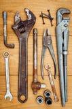 Beaucoup d'outils sur le fond en bois Photos stock