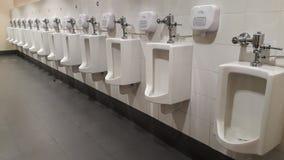 Beaucoup d'urinoirs Photos stock