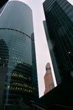 Beaucoup de bâtiments du centre d'affaires de Moscou, du fond jusqu'au dessus, ont découpé le support vert sous un ciel blanc Photographie stock libre de droits