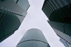 Beaucoup de bâtiments du centre d'affaires de Moscou, du fond jusqu'au dessus, ont découpé le support vert sous un ciel blanc Photo libre de droits
