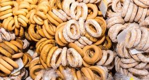 Beaucoup de bagels avec des clous de girofle et avec du sucre en poudre sur la nourriture Images stock