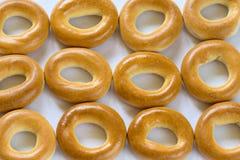 Beaucoup de bagels cuits au four dans un cru sur le fond blanc Photos libres de droits