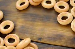 Beaucoup de bagels jaunes frais se trouvent sur la surface du vieux bois foncé Un genre populaire de produits de farine Un de Rus Photo stock