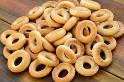 Beaucoup de bagels jaunes frais se trouvent sur la surface du vieux bois foncé Un genre populaire de produits de farine Un de Rus Image stock