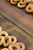 Beaucoup de bagels jaunes frais se trouvent sur la surface du vieux bois foncé Un genre populaire de produits de farine Un de Rus Images libres de droits