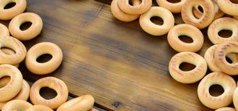 Beaucoup de bagels jaunes frais se trouvent sur la surface du vieux bois foncé Un genre populaire de produits de farine Un de Rus Photographie stock