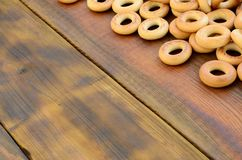 Beaucoup de bagels jaunes frais se trouvent sur la surface du vieux bois foncé Un genre populaire de produits de farine Un de Rus Images stock