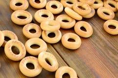 Beaucoup de bagels jaunes frais se trouvent sur la surface du vieux bois foncé Un genre populaire de produits de farine Un de Rus Photographie stock libre de droits