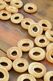 Beaucoup de bagels jaunes frais se trouvent sur la surface du vieux bois foncé Un genre populaire de produits de farine Un de Rus Photos libres de droits