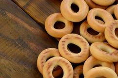 Beaucoup de bagels jaunes frais se trouvent sur la surface du vieux bois foncé Un genre populaire de produits de farine Un de Rus Photos stock