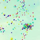 Beaucoup de ballons au-dessus d'un rétro ciel Photos stock