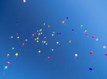 Beaucoup de baloons lumineux dans le ciel bleu Images libres de droits