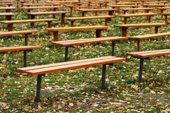 Beaucoup de bancs en bois en parc images stock