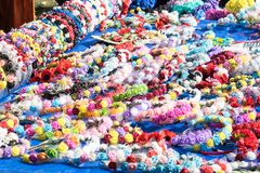 Beaucoup de bandeaux faits main floraux multicolores, cheveux de selle, hairp photographie stock