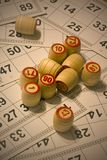 Beaucoup de barillets avec le loto de jeu de carte de nombres Image libre de droits