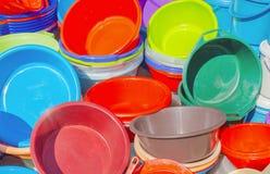 Beaucoup de bassins en plastique dans différentes couleurs Photographie stock libre de droits