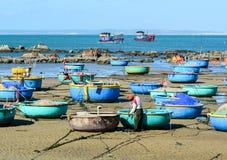 Beaucoup de bateaux de pêche au pilier dans Vinh Hy, Vietnam Photographie stock libre de droits