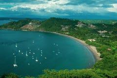 Beaucoup de bateaux et de bateaux dans la baie de turquoise Lagune bleue parmi la vue a?rienne d'arbres Paysage marin avec des ba photos stock