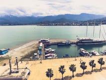 Beaucoup de bateaux, bateaux, rev?tements de croisi?re dans le port et eau sur la station estivale tropicale de mer contre le cie photos stock