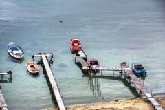 Beaucoup de bateaux s'approchent du pilier Images libres de droits