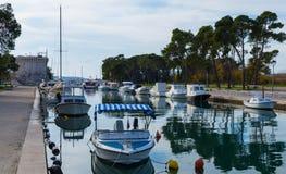 Beaucoup de bateaux sur le dock Images libres de droits
