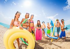Beaucoup de beaux enfants avec des outils de natation Photo libre de droits