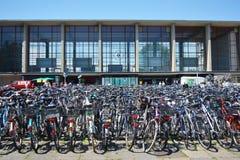 Beaucoup de bicyclettes garées devant la station principale d'Heidelberg image libre de droits