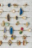 Beaucoup de bijoux d'anneaux dans différentes couleurs et gemmes d'un plat dans la galerie d'anneau de bijoux Anneaux avec de gra photographie stock libre de droits