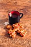 Beaucoup de biscuits avec le bourrage et la tasse de thé sur un backgroun en bois Photo libre de droits