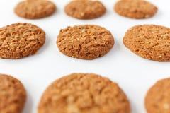 Beaucoup de biscuits d'avoine sur le fond blanc image libre de droits