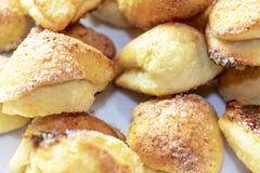 Beaucoup de biscuits faits maison savoureux sur une fin de plat  photo stock