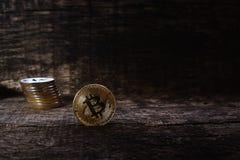 Beaucoup de bitcoins d'or et argentés sur une surface en bois, fond avec l'effet de vintage, concept de cryptocurrency pour l'idé Image libre de droits