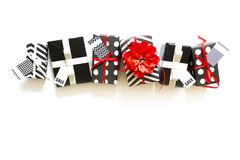 Beaucoup de boîte-cadeau en papier d'emballage noir et blanc Rouge et silve Images libres de droits