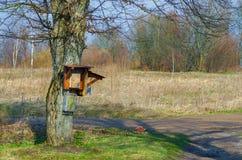 Beaucoup de boîtes aux lettres sur l'arbre, style ancien Image libre de droits