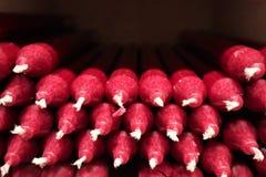 Beaucoup de bougies cramoisies photo libre de droits