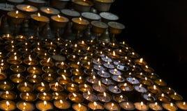 Beaucoup de bougies dans une rangée Images libres de droits