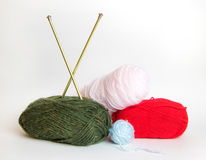 Beaucoup de boules colorées de fil avec des aiguilles de tricotage Photo stock