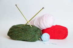 Beaucoup de boules colorées de fil avec des aiguilles de tricotage Photographie stock libre de droits