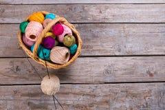 Beaucoup de boules colorées de fil dans un panier en osier Image libre de droits
