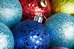 beaucoup de boules colorées de Noël photographie stock libre de droits
