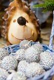 Beaucoup de boules colorées de Noël dans un panier et sous le fond coloré de Noël de hérisson d'arbre Image stock