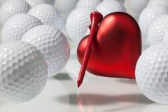 Beaucoup de boules de golf et de coeur rouge Image stock