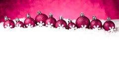 Beaucoup de boules de Noël dans la neige Photographie stock libre de droits