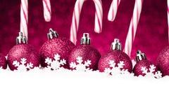 Beaucoup de boules de Noël dans la neige Photographie stock