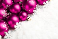 Beaucoup de boules de Noël dans la neige Photos libres de droits