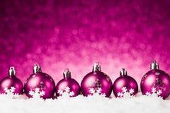 Beaucoup de boules de Noël dans la neige Image stock